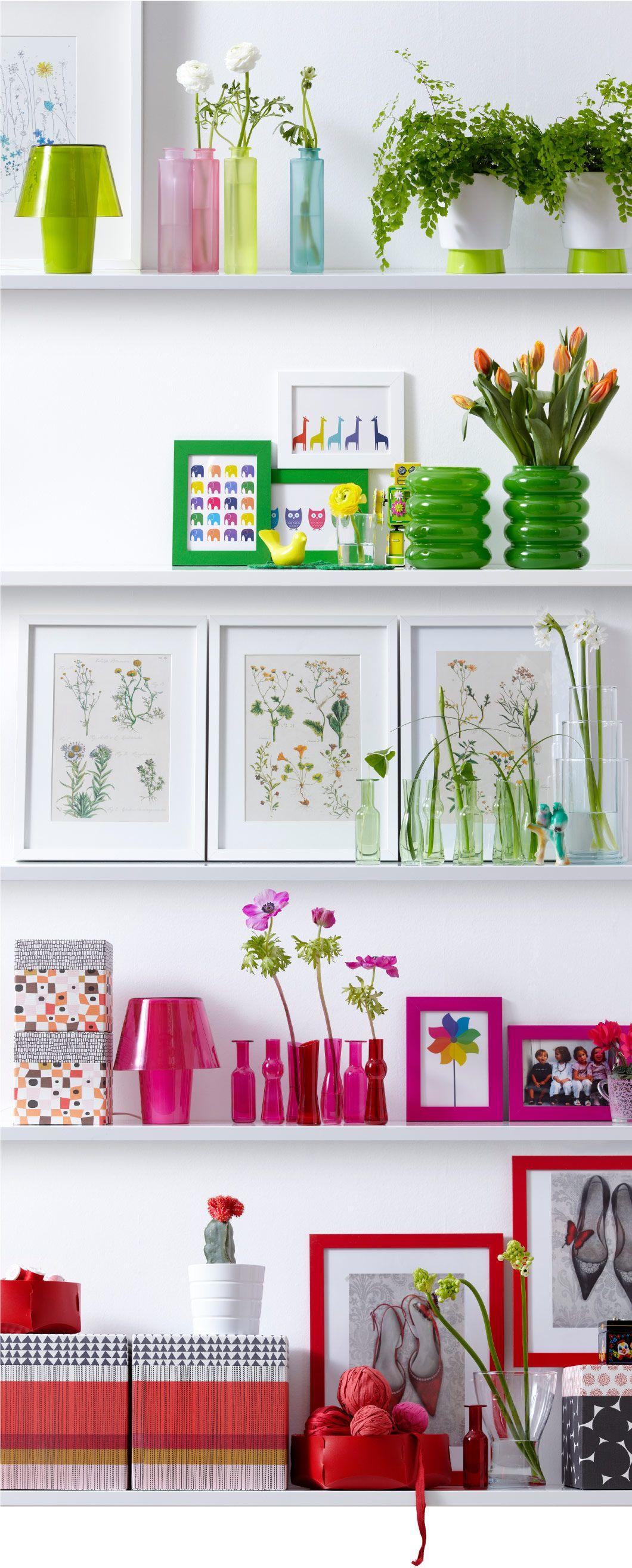 IKEA - Arrangement aus CASHEWNÖT Blumentöpfen mit Untersetzer in Weiß/Grün, SOMRIG Vasen in verschiedenen Farben, SOLSTRÅLE Vasen in Grün, RIBBA Rahmen in Weiß,  SOMMARMYS Vasen in verschieden Ausführungen + Farben, KVITTRA Kästen mit Deckel in Orange/Braun + in Rot, NYTTJA Rahmen in verschiedenen Farben