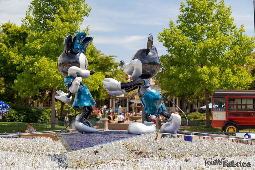 Mickey fait un cadeau  Minnie pour fªter les 25 ans du parc