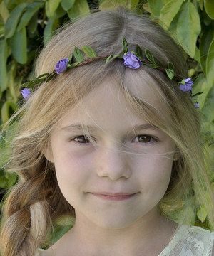 With their teddy in one hand and a canteen in the other, bitty pixies can top off any fantasy-filled ensemble with this blooming headband. Its vined construction slips on over flowing tresses for a signature piece that's brimming with garden-fresh fancy.