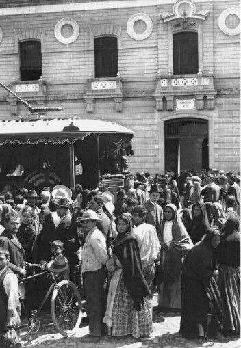 """Muchedumbre afuera de la penitenciaría de Lecumberri, atestiguando la salida del féretro del Francisco I. Madero en tranvía fúnebre que iba a transportar los restos del ex-presidente hacia el Panteón Francés de la Piedad. Se dice que cerca de dos mil personas gritaron al unísono """"Viva Madero"""" siendo reprimidos por la policia.  24 de febrero de 1913"""