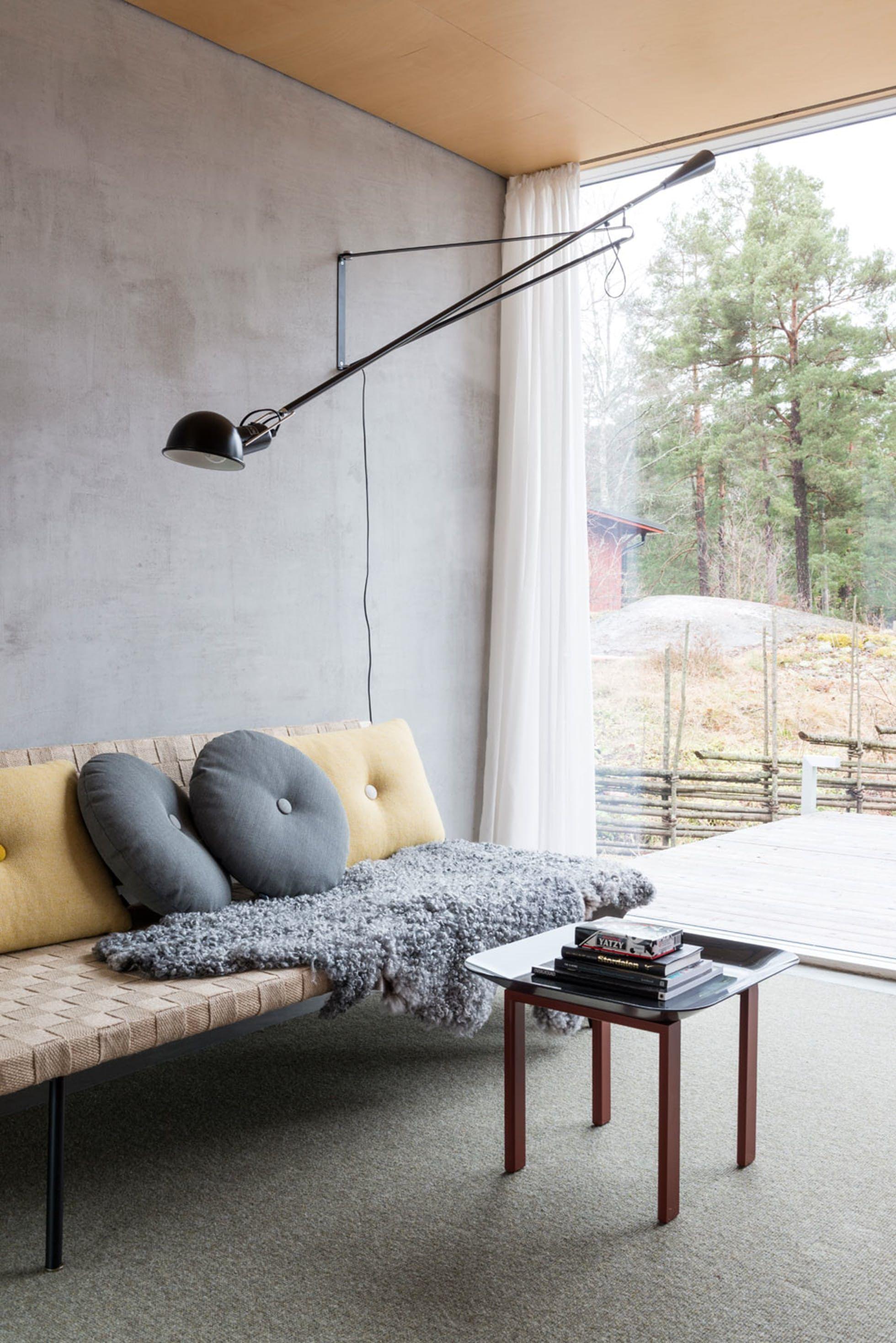 Gjesterom med betongvegg og dagseng   Til hjemmet, Stue