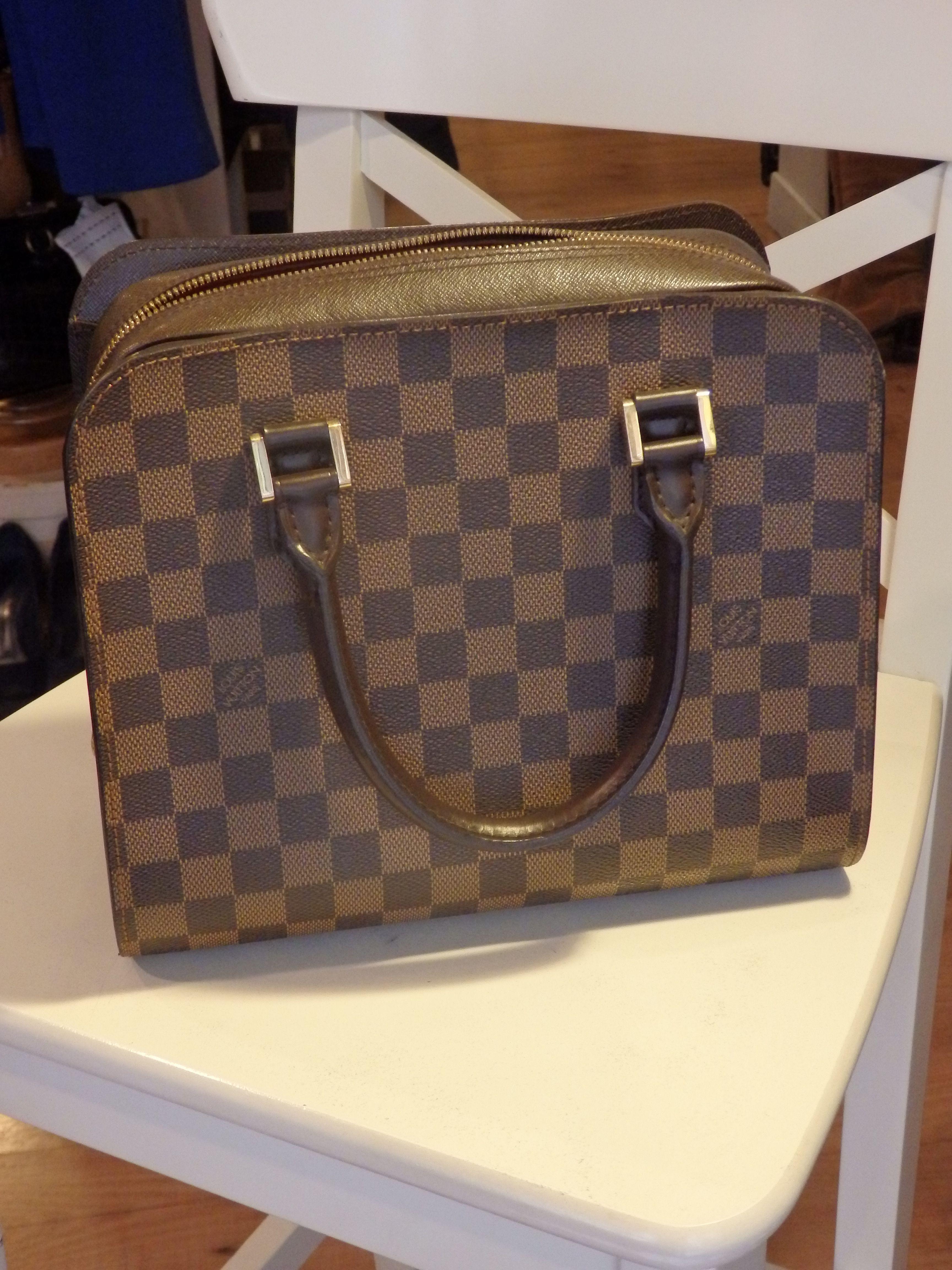0999f80a2 Bolso Louis Vuitton de mano con su tradicional estampado en cuadros  marrones y beige. Este