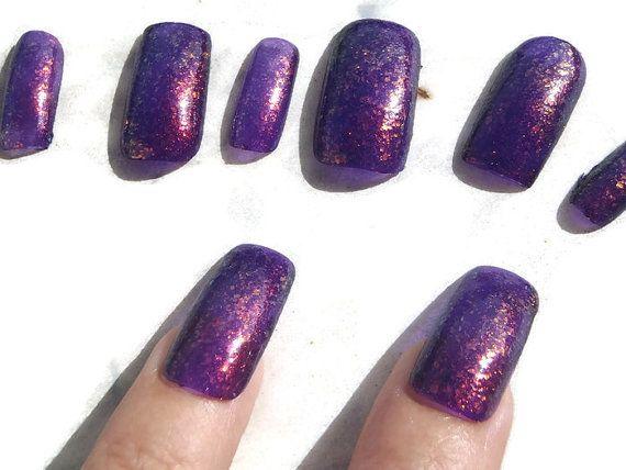 viola unghie finte rosso glitter nail art di LaSoffittaDiSte