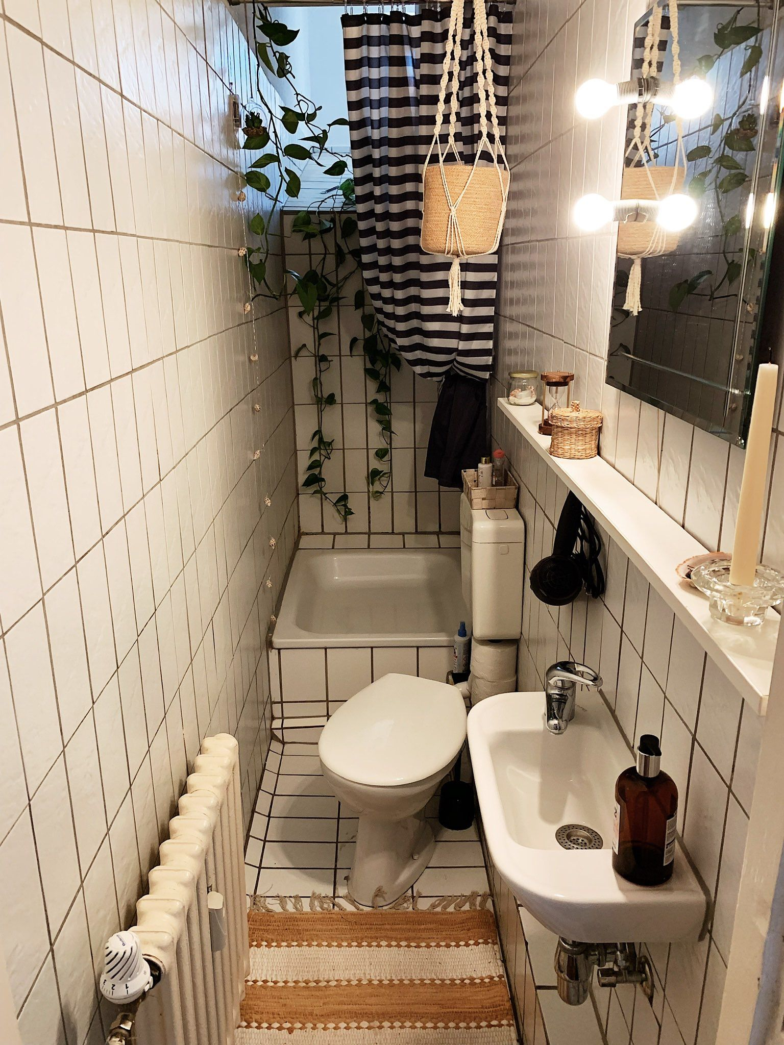 schmales, helles Tageslichtbad in Berlin #bad #badezimmer #schmal