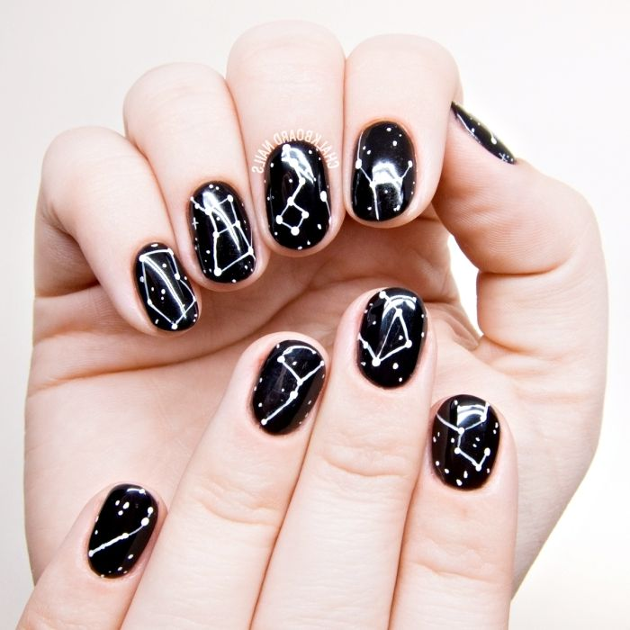 Simple Constellation Nail Art: Gel-vernis-a-ongles-noir-couleur-ongle-foncée-decoration