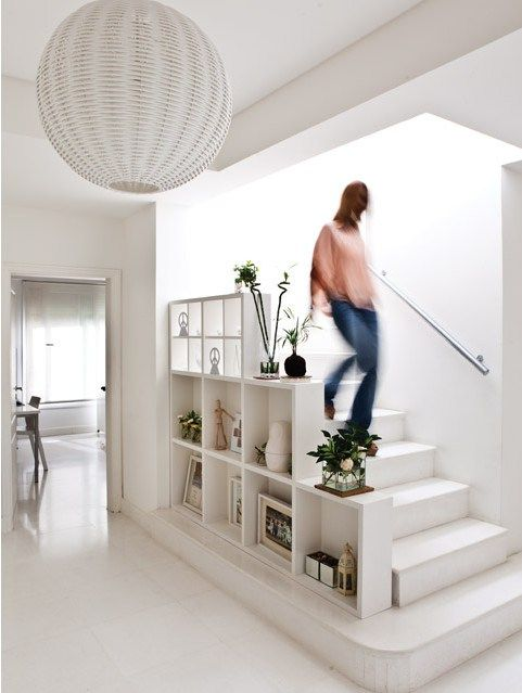 Bel aménagement du0027étagères sur le côté de cet escalier #blanc