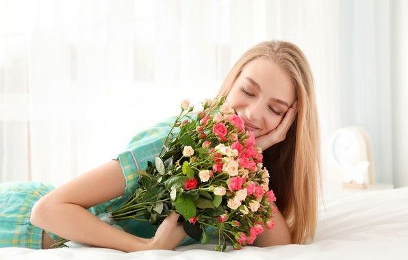 Картинки по запросу девушка с цветами в кровати | Цветы ...