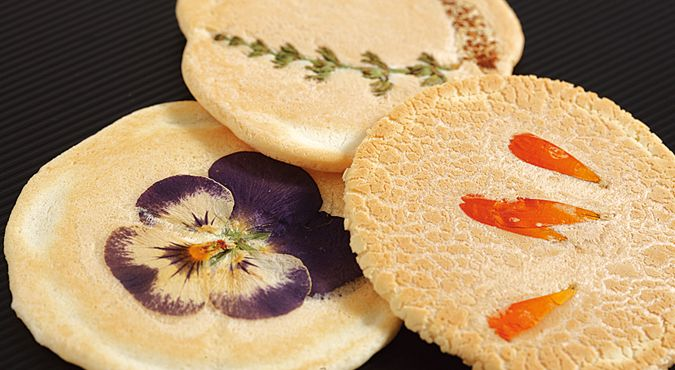 花のおせんべい Rice cracker of flowers.