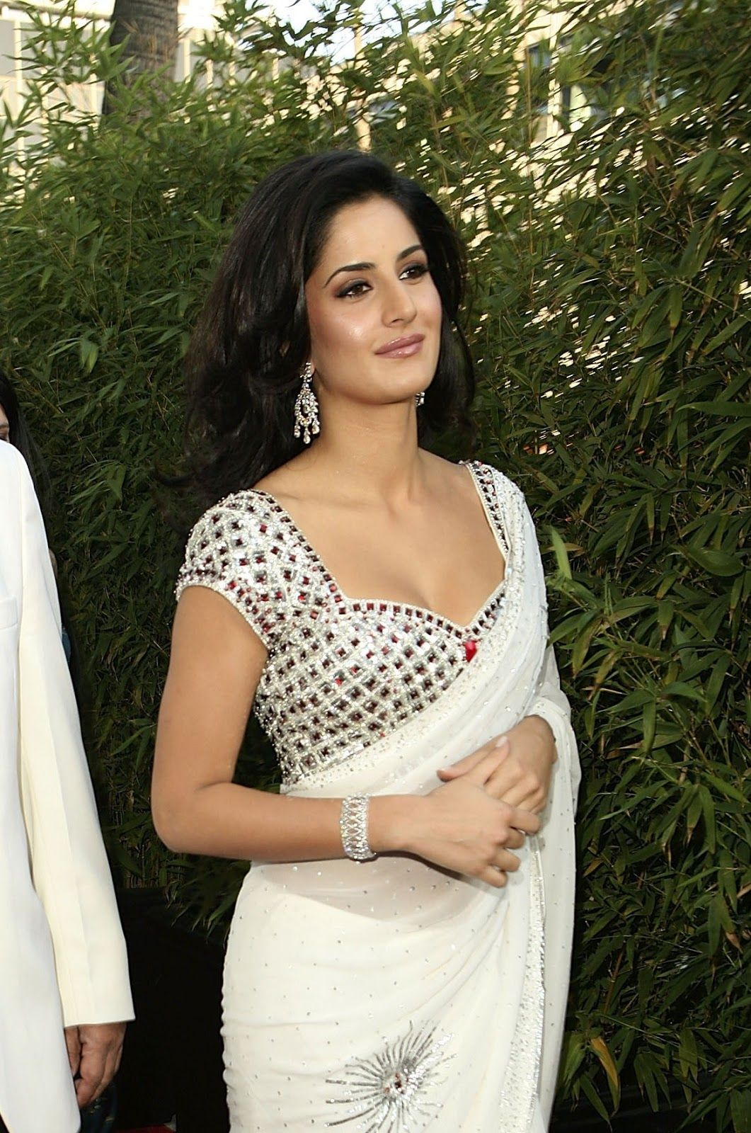 Katrina Kaif Iest Cleavage Show In Saree At The Opening Event Of Night India Splendor Beverly Hills California Gossips 4