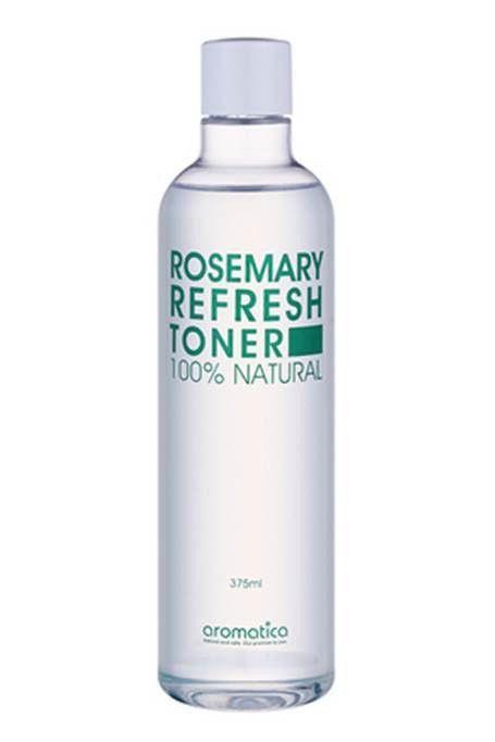 Rosmary Refresh Toner. Et alkoholfritt litt syrlig toner som inneholder økologisk rosmarin olje som bidrar til å jevne ut huden tekstur ved å fjerne rester og urenheter som gjenstår etter rensing. Økologisk aloe vera blad ekstrakt bidrar til å holde tørr og sensitiv hud hydrert. Natural rosmarin olje etterlater huden frisk og ren. Tilgjengelig for alle hudtyper, inkludert sensitiv hud og bidrar til å balansere huden og holde det sunt.