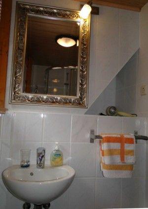 Bad mit Dusche, Waschbecken, Fön und Handtücher für bis zu 4 Personen