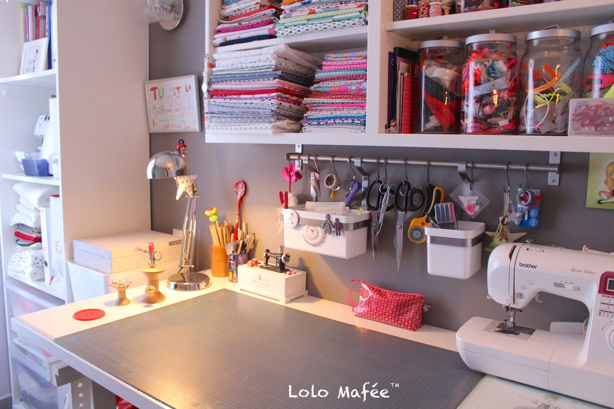Deco 12 Idees Pour Amenager Son Atelier Couture Dans Un Petit Espace Atelier Couture Amenagement Espaces De Couture Rangement Couture