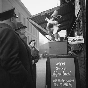 Reklame für oberbayrisches Alpenbrot auf dem Berliner Weihnachtsmarkt, 1936, Fotograf: Fritz Eschen, SLUB/DF: df_e_0010380
