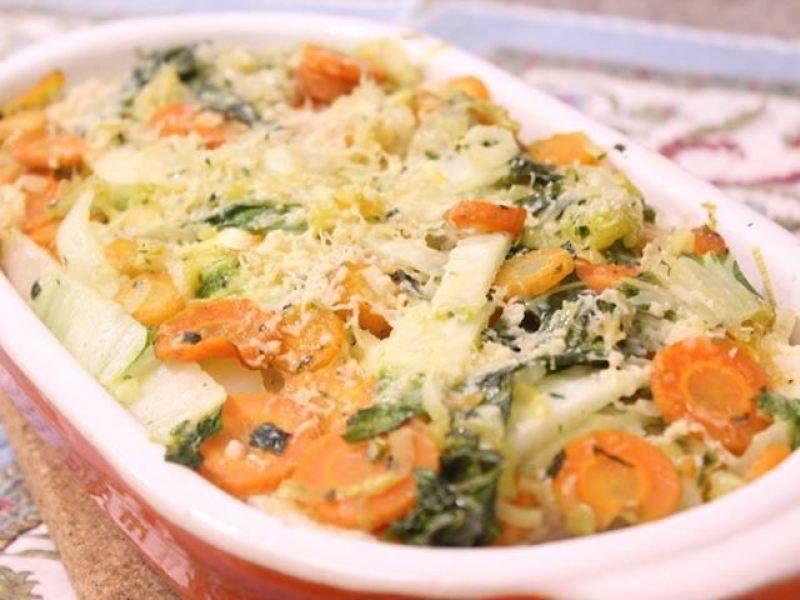 Ingredientes  350g de ricota 1alhoporó (utilize somente o talo) 3 cenouras pequenas 1 dente de alho 1 cebola média 5 folhas deacelga 1colherde salsa