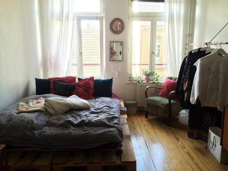 Ein großes, gemütliches DIY-Bett! Ausgestattet mit vielen Kissen ein ...