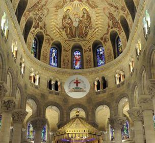 Basilique Ste-Anne de Beaupré.   Peintures, mosaïques, vitraux, sculptures sur pierre et sur bois révèlent admirablement l'extraordinaire histoire du Sanctuaire et le rôle qu'il continue de jouer dans la foi de notre peuple.
