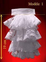 CHORRERA: Corbata de encaje que bordea toda la abertura vertical de la camisa