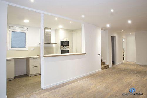 La #cocina ocupa un espacio propio pero dispone de una abertura al salón. Con ello se crea una barra de cocina. #kitchen #bcn