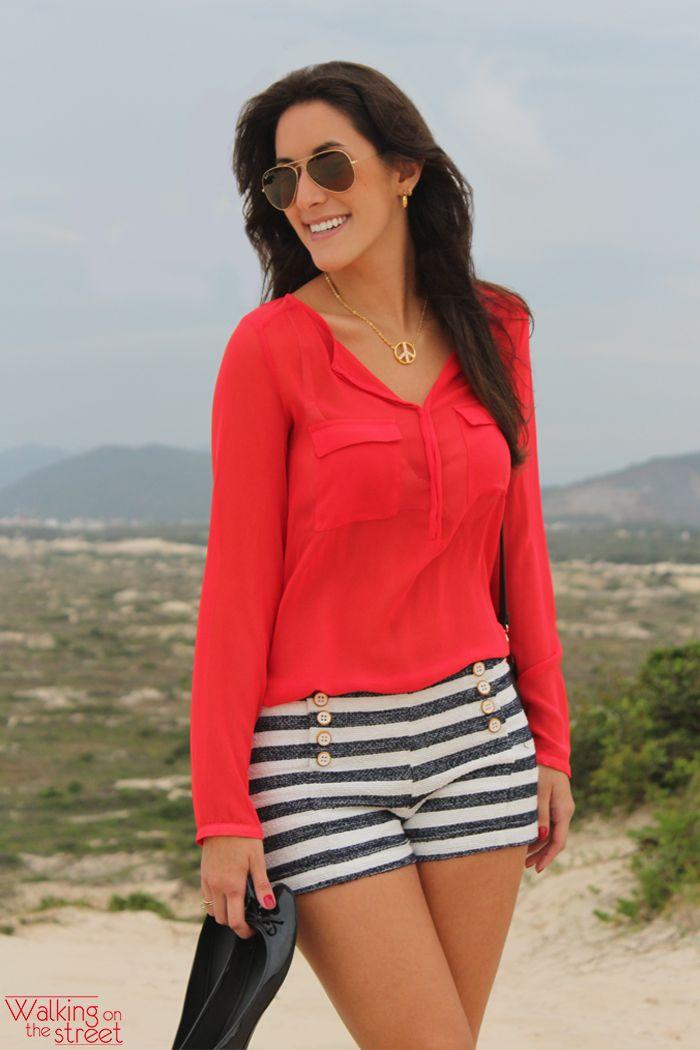 Look navy camisa vermelha short listras azul e branco acessórios preto 72dc0ebe9fa9e