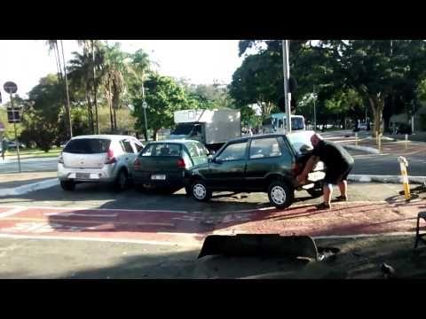 Un Carro Estorbaba Sobre El Carril De Bici Y Lo Que Este Hombre Hizo Fue Asombroso. - #¡WOW!  http://www.vivavive.com/un-carro-estorbaba-sobre-el-carril-de-bici-y-lo-que-este-hombre-hizo-fue-asombroso/