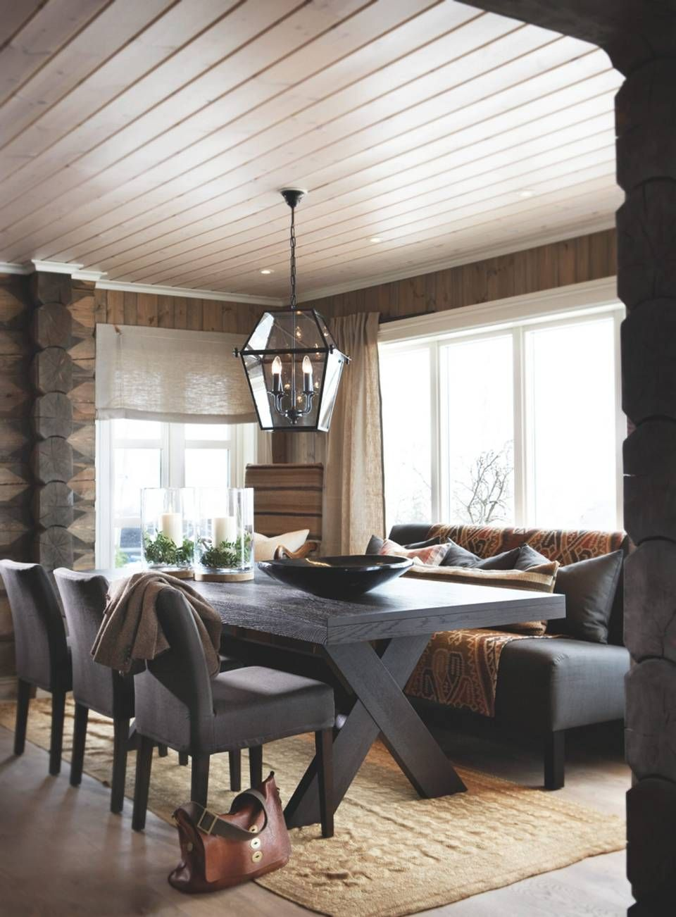 STORSTUE. Denne stuen krever store møbler. Ved spisebordet er det brukt sofa med høye bein på den ene siden, Earnest fra Slettvoll finnes i to ulike høyder.