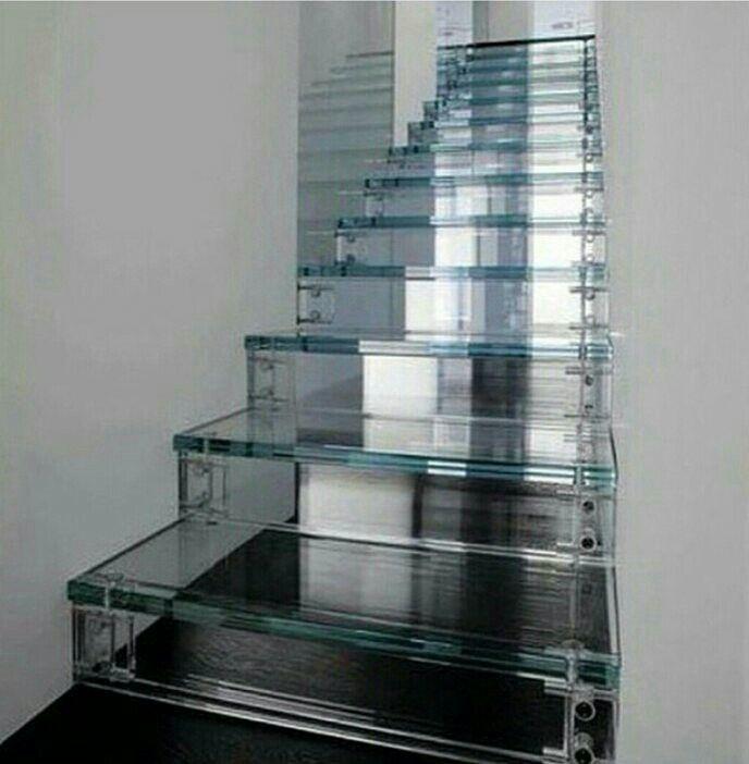 Escalera de metacrilato para zonas estrechas for Grada escalera