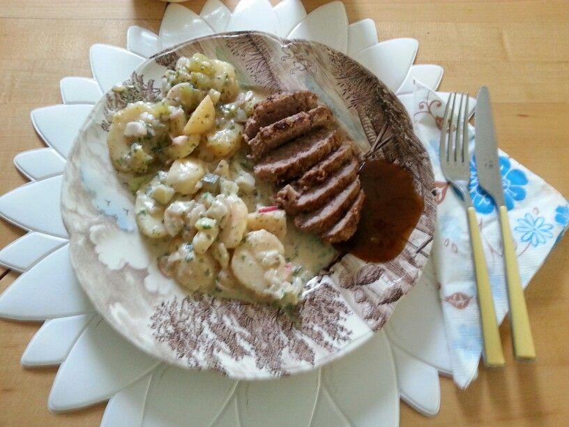 Kartoffelsalat mit Hackfleisch.