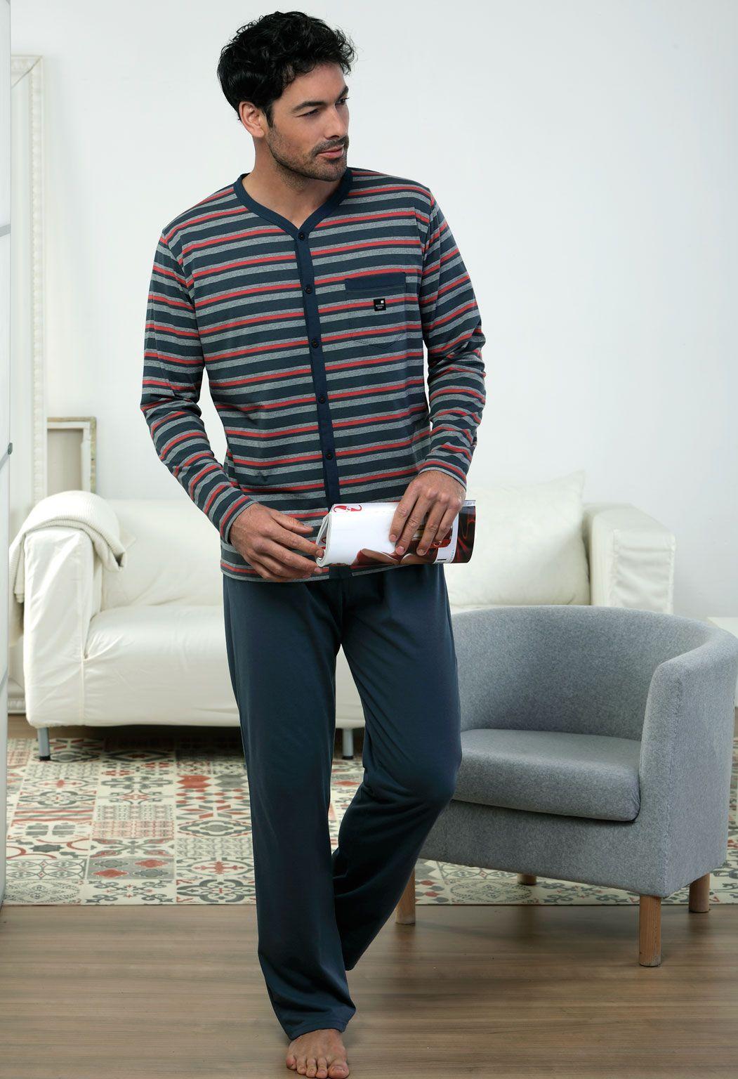 Para los que buscan el formato abierto pero de punto, Massana presenta éste pijama abierto de punto listado.