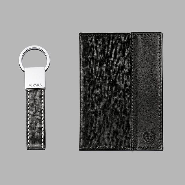 5f1cbbd2b9 O design minimalista e sofisticado do chaveiro e carteira masculina em  couro preto da Vivara  Vivara  Couro  Acessorios