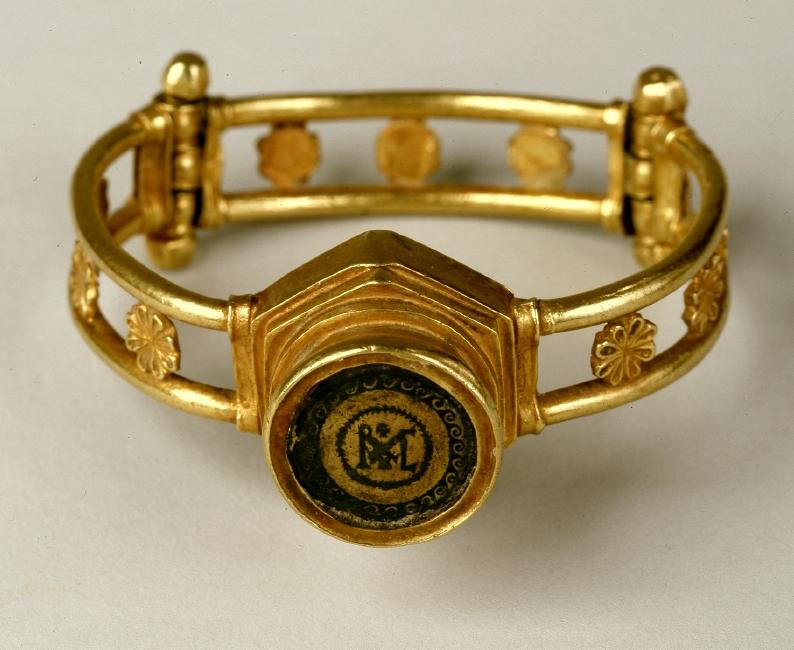 Monogram Bracelet with capsule - 5/6 century. Stylistic origin: Eastern Roman Empire. © Foto: Skulpturensammlung und Museum für Byzantinische Kunst der Staatlichen Museen zu Berlin - Preußischer Kulturbesitz