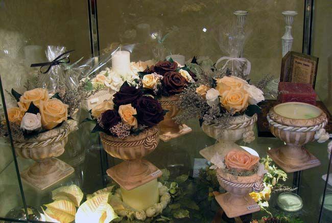プリザーブドフラワーは、生花に特殊加工を施すことにより、鮮やかな色とみずみずしさを保っています。 水を与える必要がなく、花粉アレルギーの心配がありません。 湿気と強い紫外線に弱いのでご注意ください。・・・「Chez Mimosa シェ ミモザ」   ~Tassel&Fringe&Soft furnishingのある暮らし~   フランスやイタリアのタッセル・フリンジ・ファブリック・小家具などのソフトファニッシングで、暮らしを彩りましょう   http://passamaneriavermeer.blog80.fc2.com/