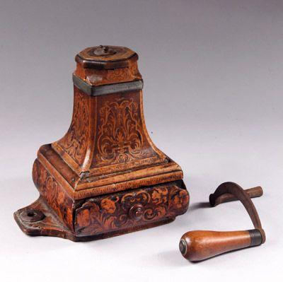 Époque Louis XV, estampille de «Hache à Grenoble». Moulin à café en noyer marqueté, manivelle en fer forgé munie d'une poignée en bois fru...