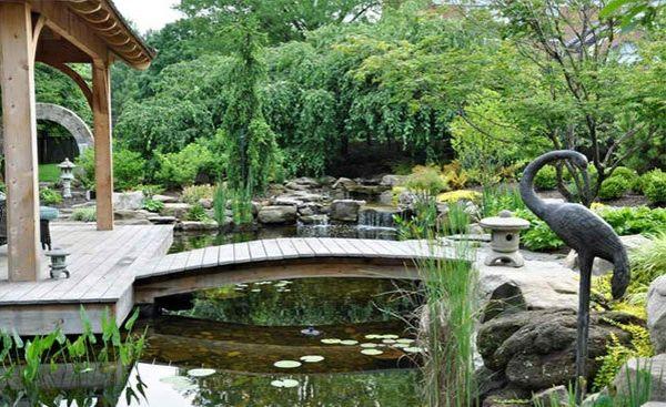 Gartenteich anlegen – Bilder und Ideen für eine kreative Gartengestaltung - gartenteich anlegen holzbrücke bauen gartengestaltung und landschaftsbau statue