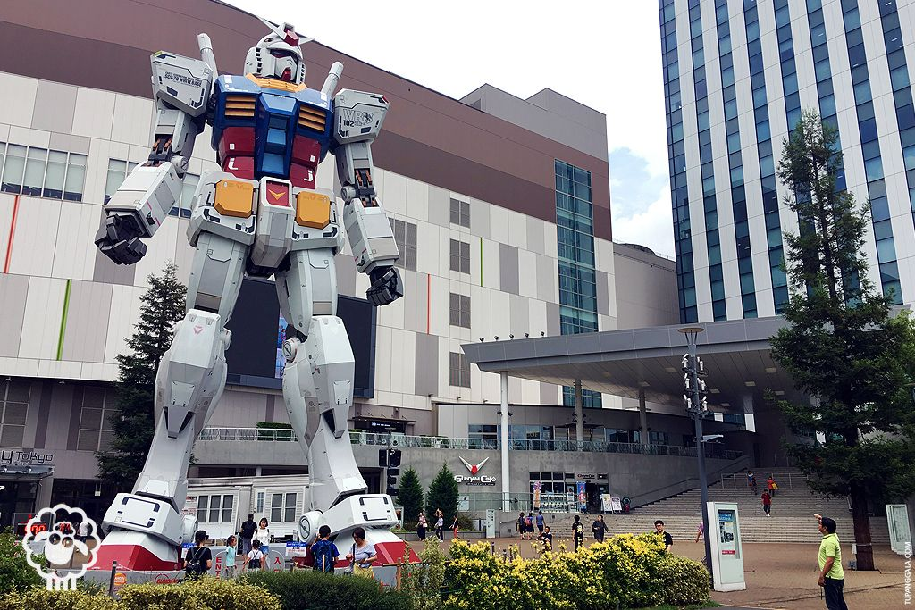 This statue is a sight to behold for any fans as well as other anime fans alike (Odaiba, Tokyo)  And behold, fans and non-fans alike, a giant Gundam statue welcomes at the mall entrance. The assembly of the statue is so amazing, noting how much attention is given to the intricate details of some of its parts. The statue is based from one of the most popular Gundam model – the Mobile Suit Gundam RG/1/1 RX-78-2. In the series it is piloted by Armuro Ray, and at the LED displays at the walls of D