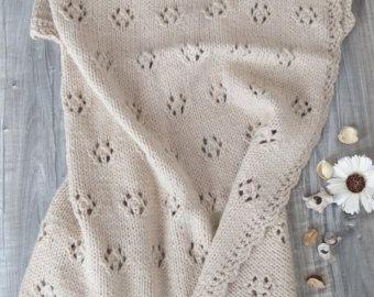 Copertina Fiocco di Neve beige chiaro fatta a mano ai ferri - lana ed alpaca per un filato di lusso - idea regalo per nascita