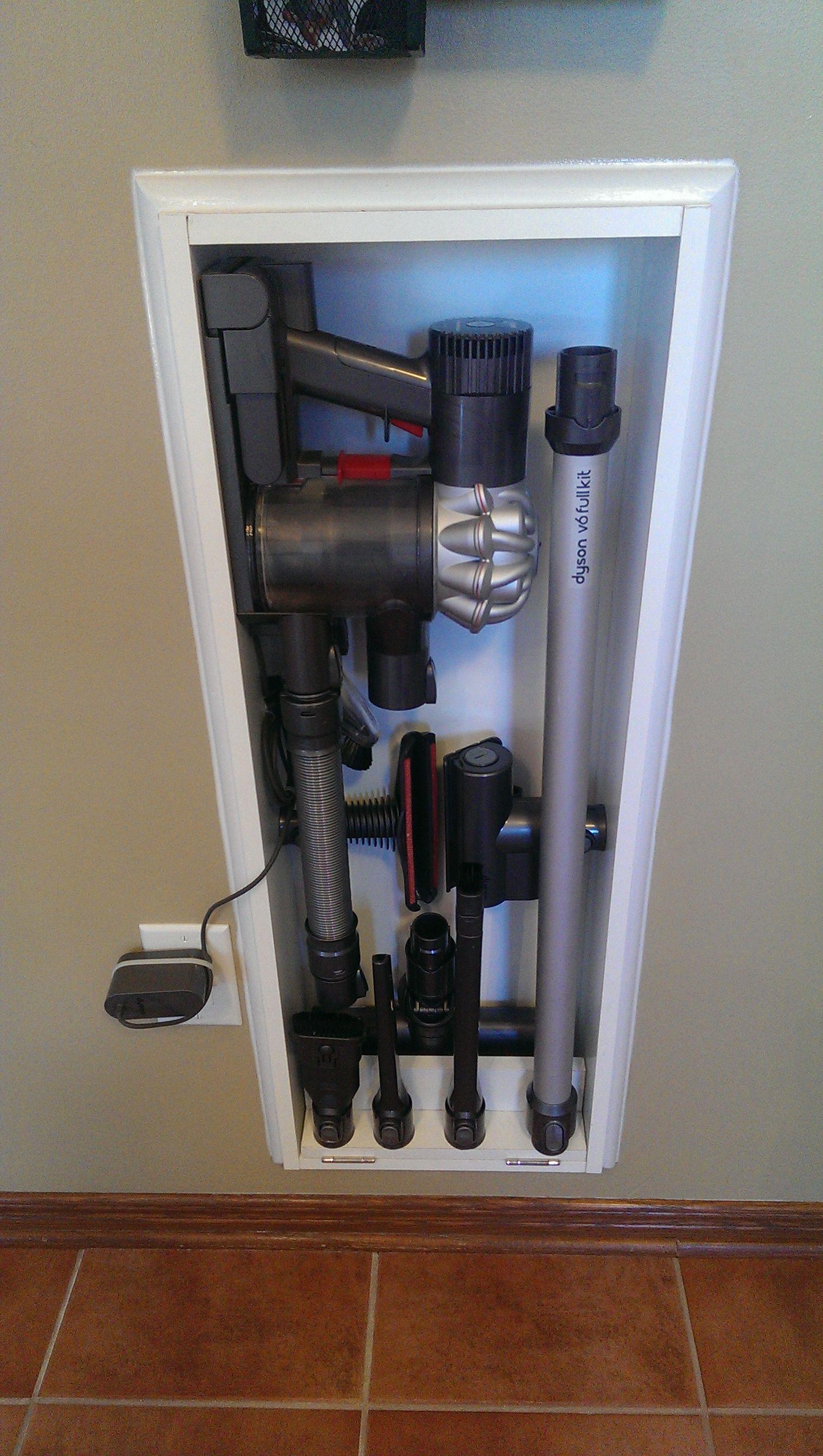 Solution pratique de rangement pour l\u0027aspirateur Dyson V6 et tous les  accessoires. Intégré entre les montants du mur de cuisine. Prix sur demande.