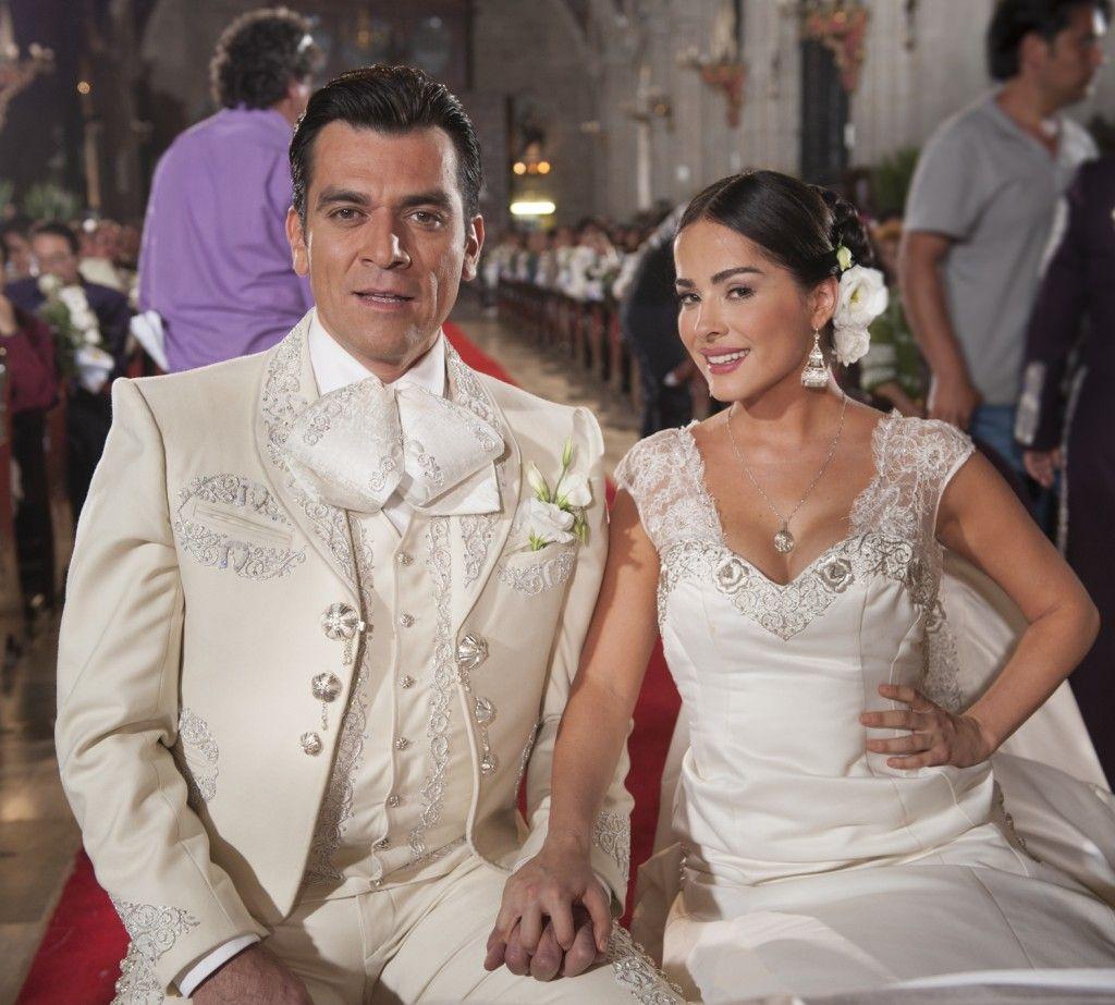 Fotos de la boda de María y Santos en Qué bonito amor, gran final | White bridal dresses, Mariachi wedding, White bridal