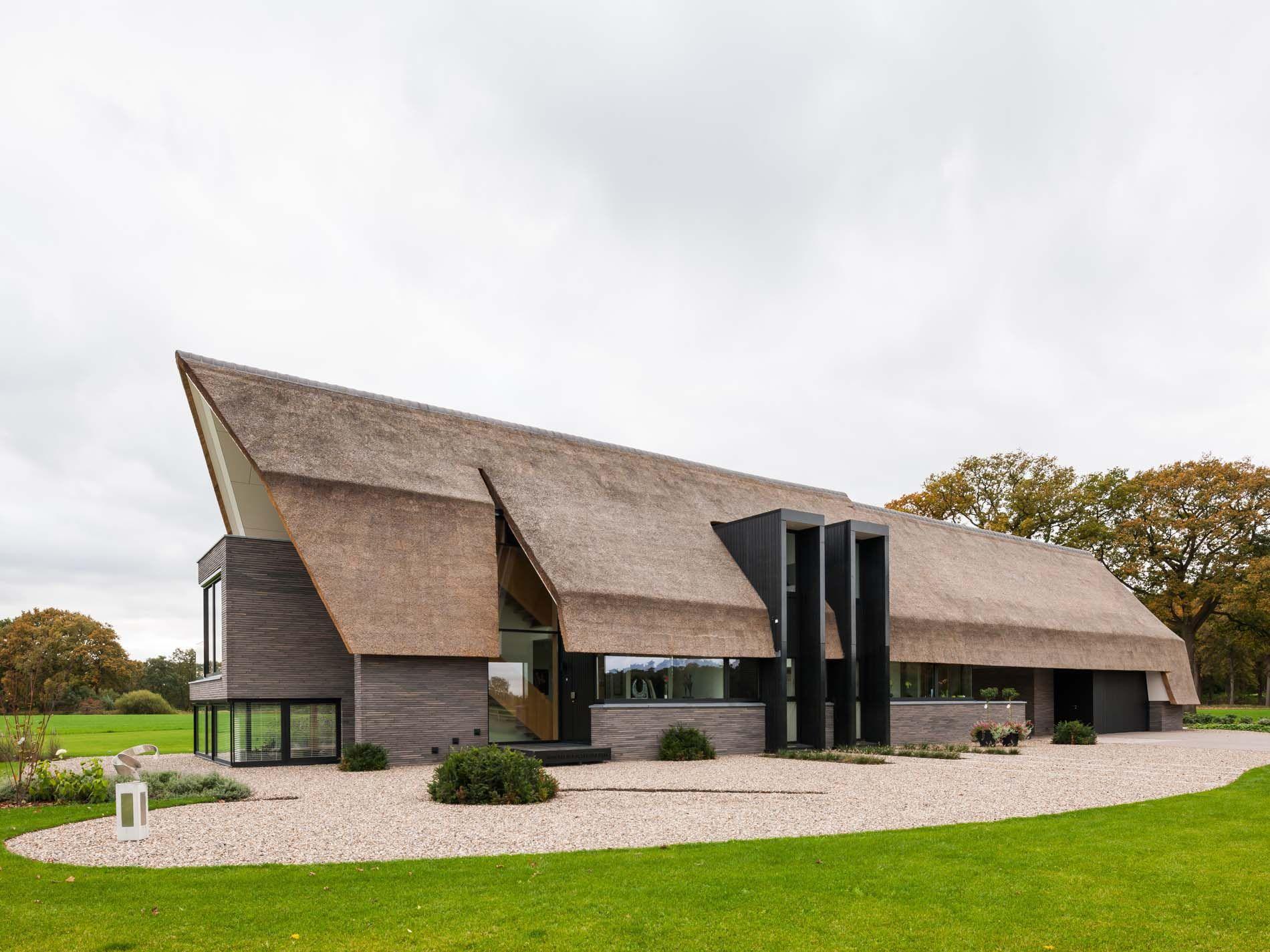 Maas architecten woonhuis laren riet modern villa landelijk schuur houten trap modern - Huis architect hout ...
