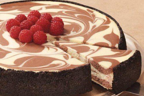 طريقة عمل ماربل تشيز كيك الشوكولاتة والفراولة Chocolate Cheesecake Recipes Cheesecake Recipes Dessert Recipes