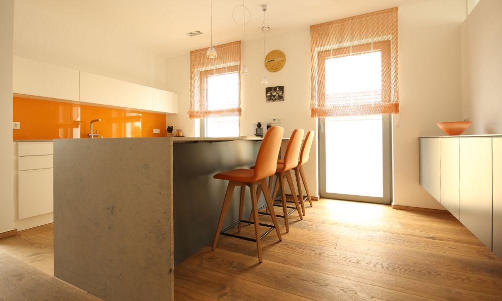 Puristische Küche Mit Kücheninsel Und Steinarbeitsplatte