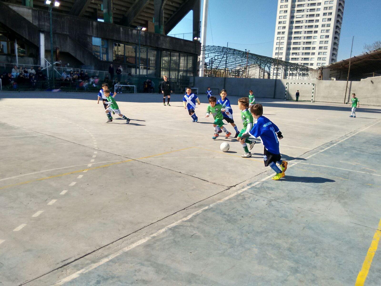 Se puede apreciar a los más chicos del club jugando al fútbol en las nuevas canchas ubicadas al fondo del club