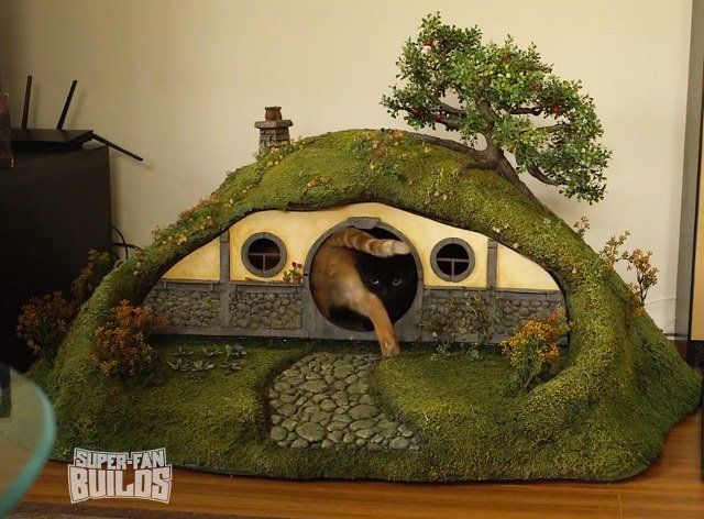 The Hobbit Hole Cathouse Is The Perfect Kitty Christmas Gift Walyou Best Cat Litter Litter Box Hobbit Hole