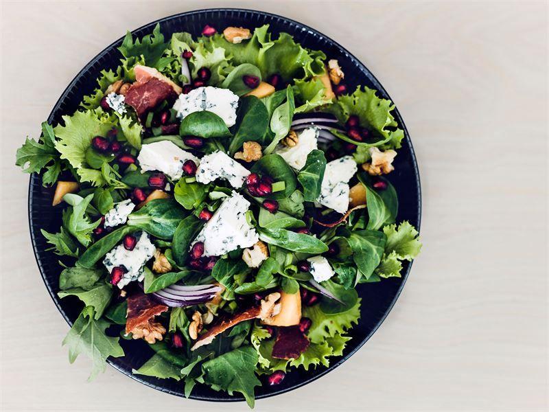 Juhlava AURA salaatti yhdistää suolaista ja makeaa herkullisella tavalla. Rapea ilmakuivattu kinkku ja pähkinät tuovat mukavaa purutuntumaa. Tarjoa salaatin kastikkeeksi oliiviöljyä ja balsamiviinietikkaa erikseen.