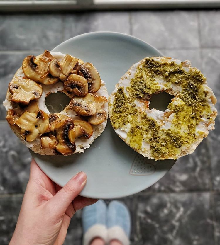 I Had A Yummy Breakfast To Try And Cheer Up This Gloomy Sunday Morning This Is A Toasted Sesame Bagel With Garlic Mushrooms Violife Cream Cheese A
