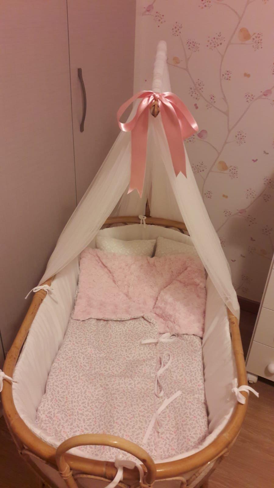 093d99224 Moises de caña para bebe con tela flores vintage y rosa. Totalmente  artesanal y completamente
