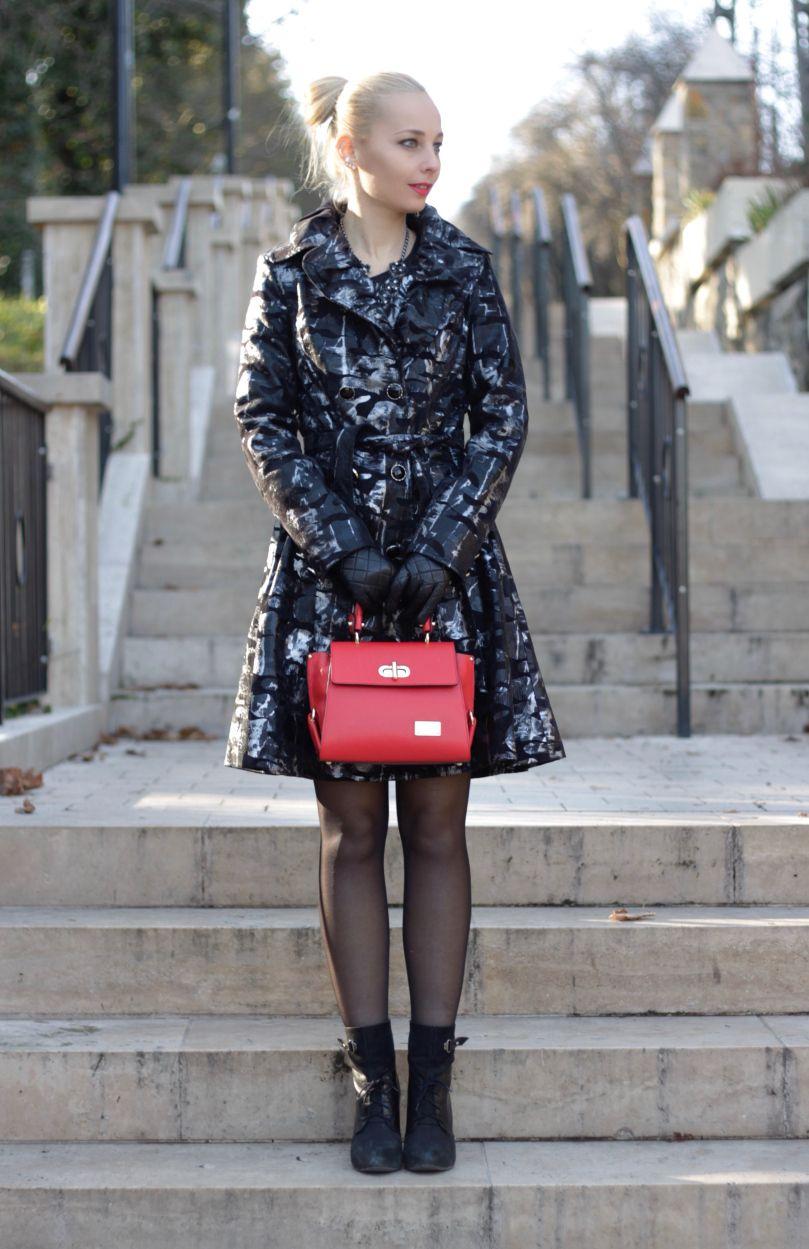 Lunae kisméretű, csattal zárható kézitáska, amely a külső oldalán egy kisebb cipzáros résszel rendelkezik, belső részében pedig két zseb van, melyek közül az egyik cipzározható.  www.livialippi.hu/shop/lunae Photoshoot: Szili Dorka - Shiny and New blog
