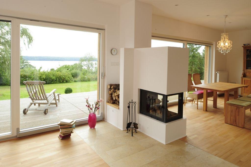 Kaminofen im Wohnzimmer mit bodentiefen Fenstern | home ...