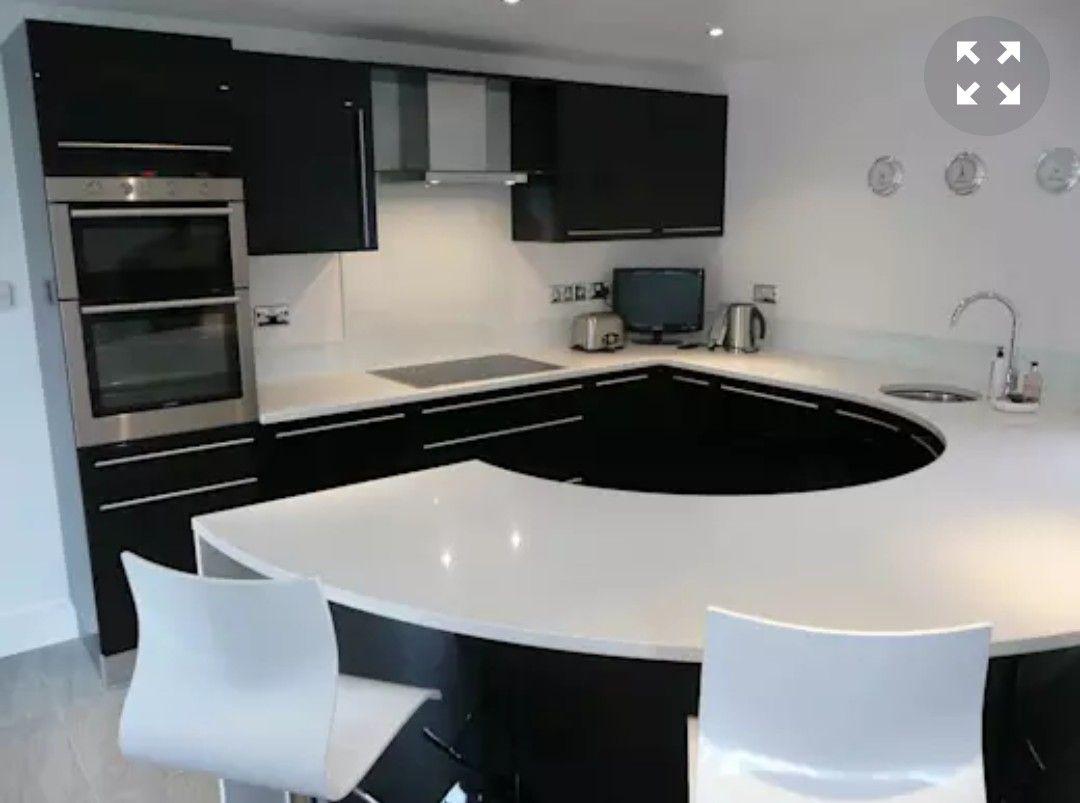 Quizas Has Visto Muchas Cocinas Con Mesones De Porcelanato Pero Esta Variacion Es Creativa Y Te Va A Gustar Modern Kitchen Black Gloss Kitchen Black Kitchens