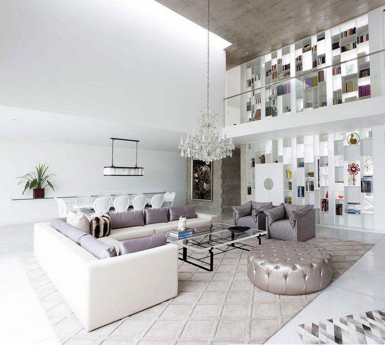 Wohnzimmer Mit Moderner Einrichtung, Hängendem Kronleuchter Und Großer  Bibliothek