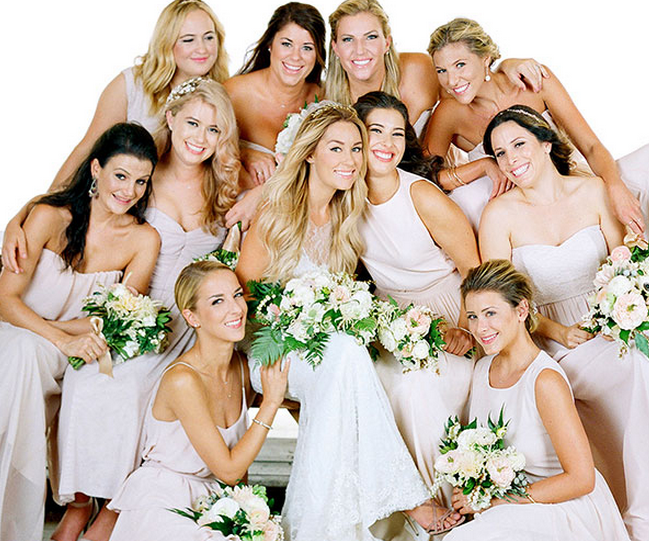 5 Bridesmaid Gift Ideas Straight From Lauren Conrad Bridesmaids Photos Bridal Party Photos Group Shots Bridal Party Poses